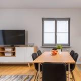 Apartamento moderno del espacio abierto con la pequeña ventana imagen de archivo libre de regalías