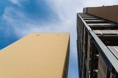 Apartamento moderno, edificio del hotel en fondo del cielo azul del wor fotos de archivo libres de regalías