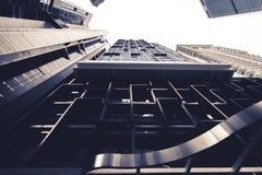 Apartamento moderno en la ciudad según lo visto de debajo Imagenes de archivo