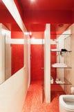 Apartamento novo interior, banheiro vermelho Fotografia de Stock
