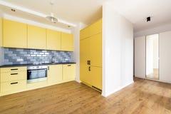 Apartamento novo, sala vazia com cozinha doméstica imagens de stock royalty free