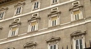 Apartamento papal Windows del cuadrado de San Pedro Imagen de archivo libre de regalías