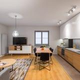 Apartamento pequeño pero multifuncional del desván imagenes de archivo