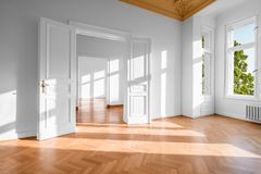 Apartamento vazio, plano vago na construção alemão de Gruenderzeit - bens imobiliários foto de stock royalty free