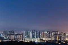 Apartamento y condominio residenciales durante hora azul imágenes de archivo libres de regalías