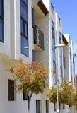 Apartamentos alineados árbol fotos de archivo libres de regalías