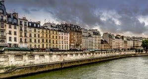 Apartamentos alrededor de río Sena Foto de archivo