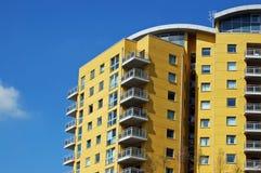 Apartamentos amarillos modernos Imagenes de archivo