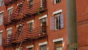 Apartamentos arenosos típicos sobre restaurantes en poca Italia metrajes
