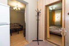 Apartamentos baratos en un hotel foto de archivo