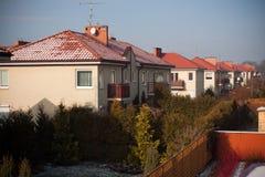 Apartamentos blancos hermosos con el cielo azul Imagenes de archivo