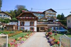 Apartamentos. Centro turístico Portschach. Austria imágenes de archivo libres de regalías