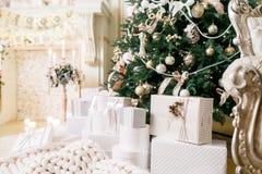 Apartamentos clássicos Muitos presentes do Natal sob a árvore foto de stock royalty free