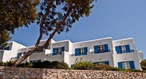 Apartamentos coloridos de la orilla del mar de Mykanos Imágenes de archivo libres de regalías