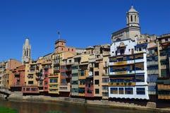 Apartamentos coloridos de la orilla, Girona fotos de archivo