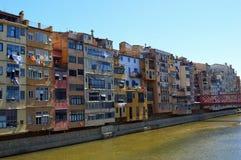 Apartamentos coloridos de la orilla, Girona imagen de archivo libre de regalías