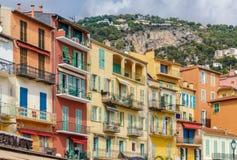 Apartamentos coloridos en la calle de Villefranche Fotos de archivo libres de regalías
