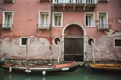Apartamentos en un canal, Venecia, Italia imagen de archivo libre de regalías