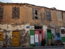 Apartamentos com as portas coloridas em Heraklion Grécia Imagens de Stock Royalty Free
