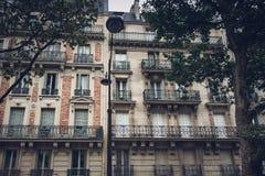 Apartamentos con los balcones franceses en París Imágenes de archivo libres de regalías