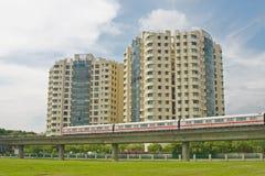 Apartamentos con transporte público próximo Fotos de archivo libres de regalías