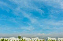 apartamentos (condomínio) e céu azul beautyful fotografia de stock