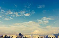 apartamentos (condomínio) e céu azul beautyful imagem de stock