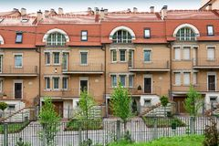 Apartamentos da casa de cidade Ambiente urbano europeu fotos de stock