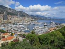Apartamentos da vista e iate luxuosos no porto Hercule, Mônaco foto de stock