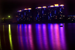Apartamentos de Fushun en la noche imagen de archivo