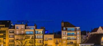 Apartamentos de la ciudad por la noche, arquitectura belga de Blankenberge, Bélgica foto de archivo libre de regalías