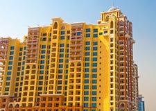 Apartamentos de la línea de la playa de la isla de Jumeirah de la palma fotos de archivo libres de regalías