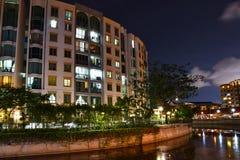 Apartamentos de la orilla de Singapur en la noche fotos de archivo