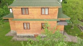 Apartamentos de madera en el territorio de un complejo del turista almacen de video