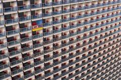 Apartamentos de mirada uniformados en una construcción de viviendas enorme y atestada con un diferente modificada para requisitos stock de ilustración