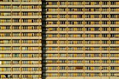 Apartamentos de un edificio alto Foto de archivo libre de regalías