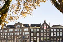 Apartamentos do marrom da fileira na rua Kuipershaven, em Dordrecht, os Países Baixos fotos de stock