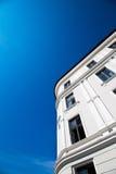 Apartamentos e céu azul Fotos de Stock Royalty Free