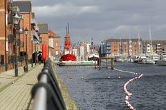 Apartamentos en el puerto deportivo de Swansea imagenes de archivo