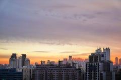 Apartamentos en la puesta del sol en Seúl, Corea del Sur foto de archivo
