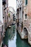 Apartamentos en un canal en Venecia, Italia imagenes de archivo