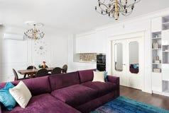 Apartamentos-estudios interiores con paredes blancas, una cocina y un sof Imágenes de archivo libres de regalías