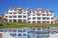 Apartamentos grandes, nuevos en la urbanización española Imagen de archivo libre de regalías