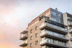 Apartamentos iluminados urbanos nuevos, modernos Imagen de archivo libre de regalías