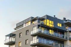 Apartamentos iluminados urbanos nuevos, modernos Foto de archivo