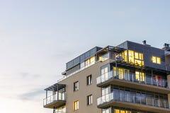 Apartamentos iluminados urbanos nuevos, modernos Fotos de archivo libres de regalías