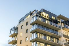 Apartamentos iluminados urbanos nuevos, modernos Imágenes de archivo libres de regalías
