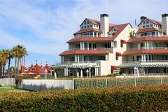 Apartamentos luxuosos dianteiros da praia Fotos de Stock Royalty Free