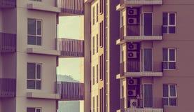 Apartamentos luxuosos modernos (condomínio) no tempo do dia imagem de stock royalty free