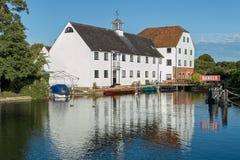Apartamentos luxuosos no rio Tamisa, Inglaterra imagens de stock